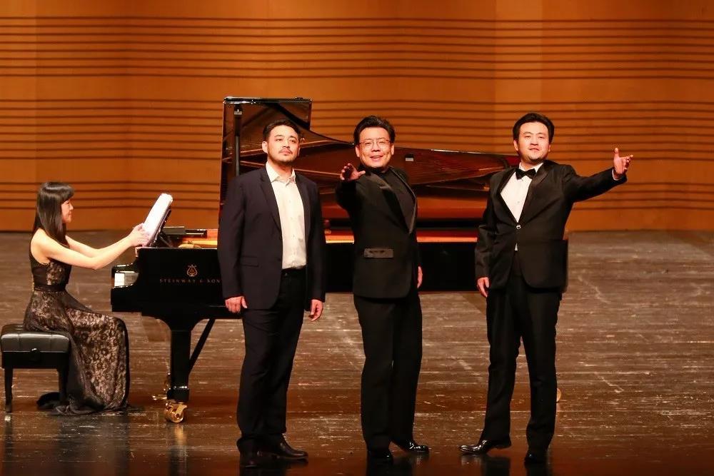 韩钧宇,赵一峦,金川:《弹起我心爱的土琵琶》;钢琴伴奏:秦兰